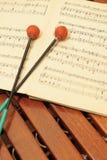 Xylophone en bois avec des notes et des maillets Photo libre de droits