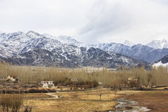 Żyć blisko Himalajskiego pasma górskiego zdjęcia stock