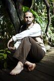 Mężczyzna jest usytuowanym w dzikim Fotografia Royalty Free