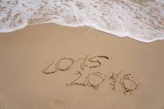 2015 y 2016 años en la playa de la arena Foto de archivo