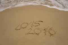 2015 y 2016 años en la playa de la arena Fotos de archivo