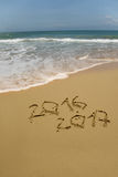 2016 y 2017 años en la playa de la arena Imagen de archivo