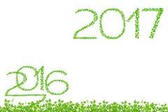 2016 y 2017 años hechos de aislante de las hojas del verde en el backg blanco Imágenes de archivo libres de regalías