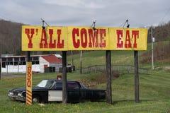 Y-all ` kommer äter tecknet vid vägen i Virginia royaltyfria bilder