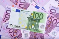 100 y 500 billetes de banco euro en la tabla Fotos de archivo libres de regalías