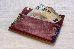 5, 10 y 20 billetes de banco euro en un monedero Imagenes de archivo