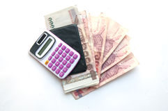 1000 y 100 billetes de banco y calculadoras del baht Fotos de archivo libres de regalías