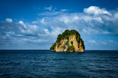 y coloque a Rocky Mountain inmóvil PHI PHI Island Phuket Foto de archivo libre de regalías