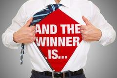 Y el ganador es concepto con lema en la camisa foto de archivo