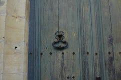 y el golpeador de puerta viejo en Grecia Fotografía de archivo