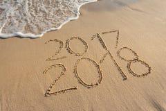 2017 y 2018 en la playa soleada en la puesta del sol Foto de archivo libre de regalías