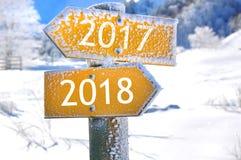 2017 y 2018 en los paneles opuestos de la dirección Imagen de archivo