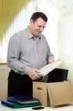 50y feliz O homem que trabalha no departamento novo Foto de Stock