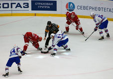 Y Koksharov ( 27) und P Datsyuk ( 13) auf Face-Off stockfotografie