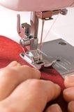 Y-kvinnan syr på symaskinen Arkivfoton