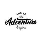 Y la aventura comienza tan las letras escritas mano para la tarjeta, cartel Fotos de archivo libres de regalías