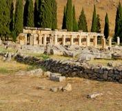 y la vieja construcción del templo del pamukkale romano de la historia adentro como Foto de archivo