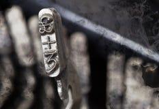 3 y martillo de la libra - máquina de escribir manual vieja - humo del misterio Fotografía de archivo libre de regalías