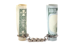 $ 100, y monedas y cadenas de $ 1 en el fondo blanco Foto de archivo