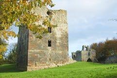 Y otros torre y gatehouse del castillo fotografía de archivo