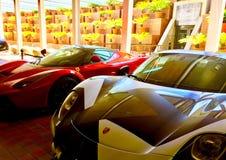 ` Y Porsche de LaFerrari del ` de Ferrari en Marina Village imagenes de archivo