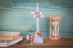 2017 y 2018 Poste indicador en la tabla de madera Fotos de archivo libres de regalías