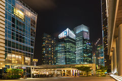 Y rascacielos de aduanas en Singapur en la noche Fotografía de archivo libre de regalías