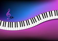Y rosado teclado de piano curvado fondo azul Imagenes de archivo