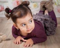 1 y un medio bebé año interior Fotos de archivo