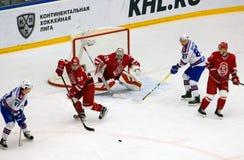 Y Voronkov ( 59) verteidigen Sie das Tor Lizenzfreies Stockbild