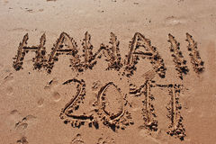 y x22; Hawaii 2017& x22; escrito en la arena en la playa Imagen de archivo libre de regalías