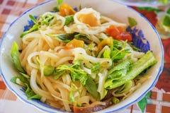 y x28; MI Quang& x29; tallarines con la carne, la verdura, los pescados, el pollo y las especias Fotos de archivo libres de regalías