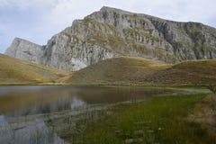 y x27; y x27; lake& x27 del dragón; y x27; de Tymfi, un lago alpino que reside en una altitud de los 2050m Fotos de archivo