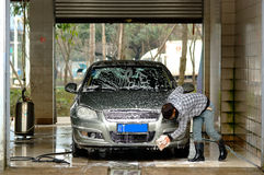 Yaan China-A man is cleaning the car Stock Images