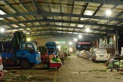 Yaan China-Plantaardige markt in de nacht stock afbeeldingen