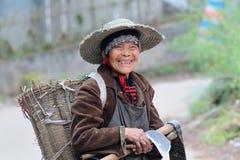 Yaan een China-oude vrouw die nog werken royalty-vrije stock afbeelding