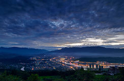Yaan stad på nattlandskap Arkivbilder