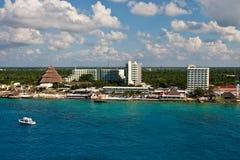 Yach blanc dans l'eau bleue outre de la côte de Cozumel photographie stock libre de droits