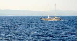 Yach na błękitnym falistym morzu Zdjęcia Royalty Free
