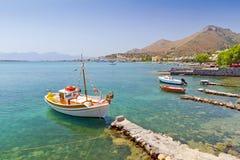 Yach på segla utmed kusten av Crete Arkivfoton
