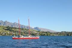 Yachet航行在瓦卡蒂普湖 免版税图库摄影
