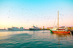 Yacht à côté du dock. image stock