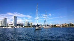 Yacht à l'ancre dans False Creek Photo libre de droits