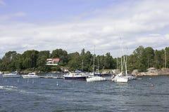 Yacht à ville portuaire Image stock