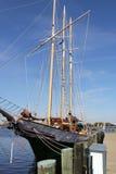 Yacht élégant sous les cieux bleus parfaits Norfolk Va Image libre de droits