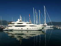 Yacht. White large luxury yacht in the marina Royalty Free Stock Photography