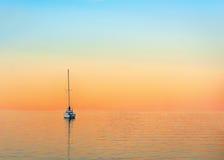 Yacht am Abend stockfotos