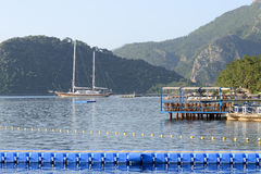 Yacht al pilastro ed al ristorante all'aperto Immagini Stock Libere da Diritti