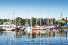 Yacht al pilastro nella mattina soleggiata Fotografie Stock