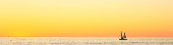 Yacht al tramonto Immagini Stock Libere da Diritti